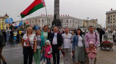Торжественная церемония возложения цветов к монументу Победы.